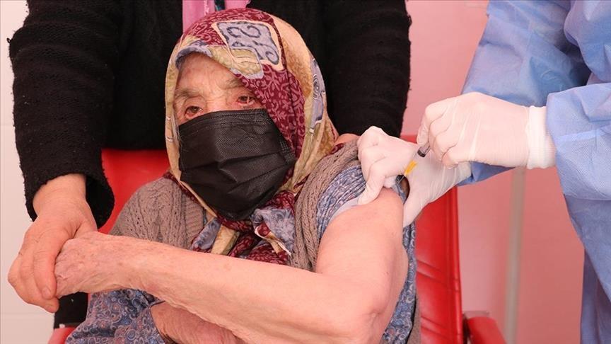 یک زن 103 ساله در دنیزلی ترکیه واکسن کرونا دریافت کرد